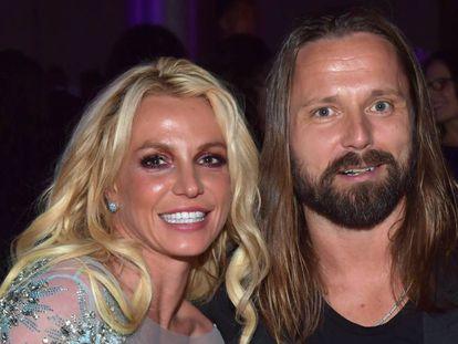 Britney Spears y el compositor Max Martin posan en una fiesta previa a los premios Grammy 2017.