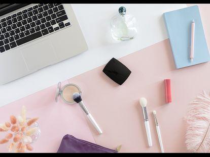 Siete accesorios imprescindibles para ordenar el maquillaje en el baño o el tocador.