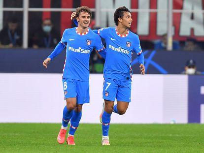Griezman y João Félix celebran el gol del primero que suponía el empate a uno en el Milan-Atlético (1-2) disputado el martes en San Siro.  REUTERS/Daniele Mascolo
