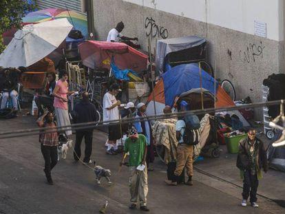 Las tiendas de campaña bloquean las aceras de la calle Seis, en Skid Row, en el centro de Los Ángeles. Vídeo: 'Día de Navidad', de @PlasticJesus
