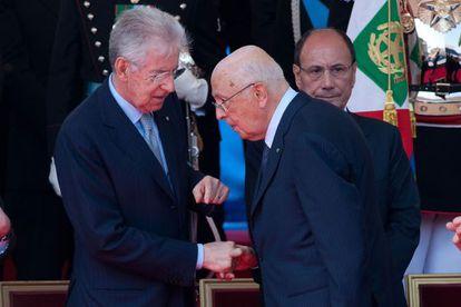 Mario Monti y Giorgio Napolitano charlan durante la celebración de la fundación de la República el pasado 2 de junio.