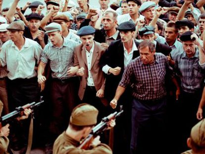 Escena de los obreros de Novocherkask frente a soldados del Ejército soviético en la serie 'Una vez en Rostov'