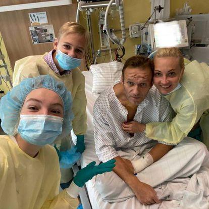 El opositor ruso Alexéi Navalni el 15 de septiembre en el hospital universitario La Charité de Berlín, donde fue tratado.