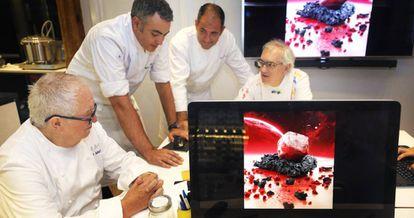 Juan María Arzak, junto a su equipo, en el laboratorio gastronómico de su restaurante