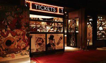 Entrada de Tickets, un híbrido entre un circo, una feria y un teatro de coristas.
