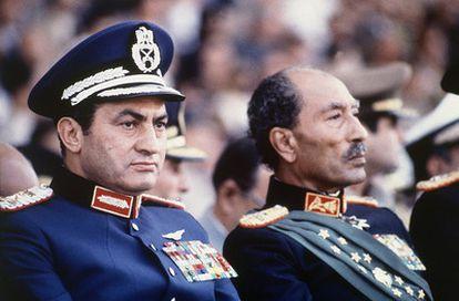 El presidente egipcio, Anwar Sadat, y el vicepresidente Hosni Mubarak, durante un desfile militar el 6 de octubre de 1981, minutos antes de que soldados, afines a los Hermanos Musulmanes, abrieran fuego contra la tribuna, matando a Sadat y hiriendo a Mubarak, que asumió el poder.