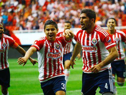 Jair Pereira celebra un gol de las Chivas