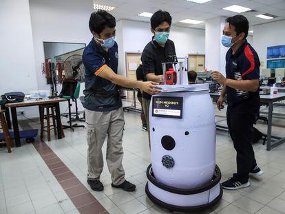 Profesores de ingeniería debaten junto a su prototipo de robot medicalizado 'IIUM Medibot V2' que permitirán a los doctores monitorizar pacientes con COVID-19 en la Universidad Internacional Islámica en Gombak, a las afueras de Kuala Lumpur (Malasia).