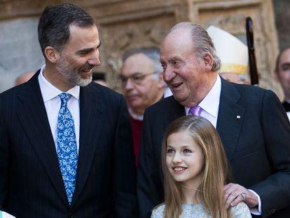 El rey Felipe VI, junto a su padre, Juan Carlos I, y su hija, la princesa Leonor.