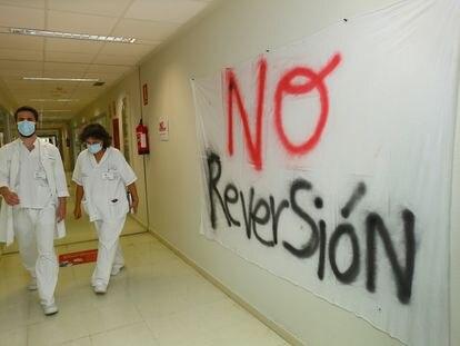 Uno de los pasillos del hospital de Torrevieja, este jueves.