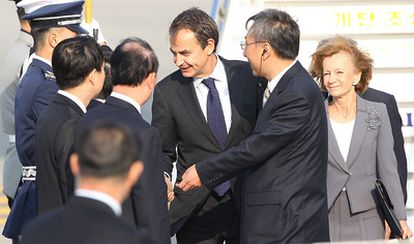 El presidente Zapatero, junto a la ministra de Economía, Elena Salgado, tras aterrizar en Seúl para asistir a la cumbre del G-20.