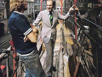 Norman Foster, o Lord Norman Foster of Thames Bank, en 1974. Ya entonces era un pionero de la sostenibilidad y ya entonces, como vemos, era elegante hasta en la obra.
