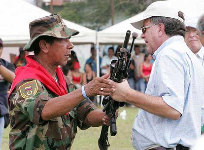 El jefe paramilitar Ramón Isaza entrega sus armas al comisionado de paz, en  2006.