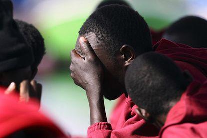 Inmigrantes recién llegados a Tenerife tras ser interceptados en una patera en 2007.