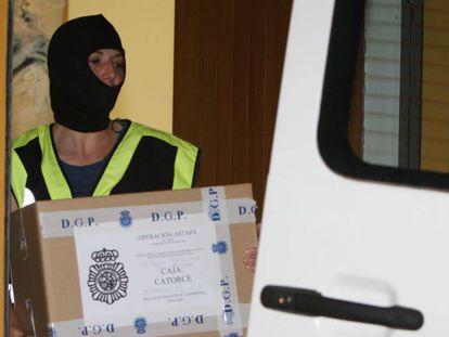 Un agente requisa documentación del Ayuntamiento de Estepona.