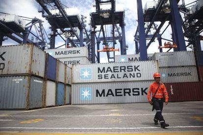 Un trabajador camina entre contenedores en el puerto de Lázaro Cárdenas en agosto de 2014.
