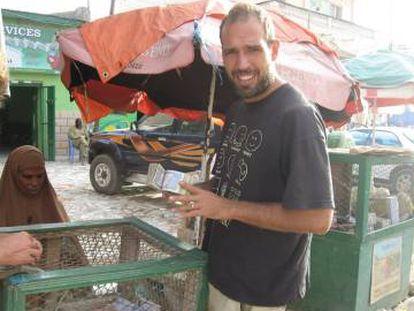 El escritor Guilherme Canever cambiando dinero en Somalilandia.