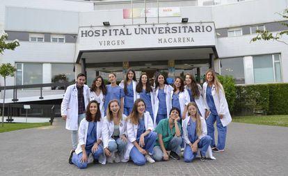 Quince médicos que preparan el examen del MIR, en Sevilla.