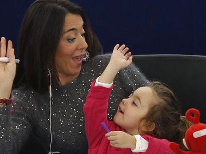 La eurodiputada italiana Licia Ronzulli, con su hija, durante la votación de hoy.