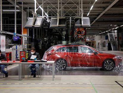 Dos trabajadores de Seat en la planta de Martorell (Barcelona).