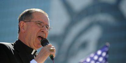 El cardenal  Roger Mahony, acusado de encubrir a pederastas, se dirige a una concentración en Los Ángeles en mayo de 2010.