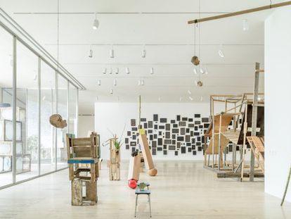 Vista de 'Abraham Cruzvillegas: Autoconstrucción' en el Museo Jumex.