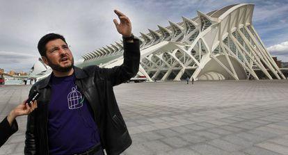 El diputado de Esquerra Unida Ignacio Blanco, ayer, ante el Museo de las Ciencias.