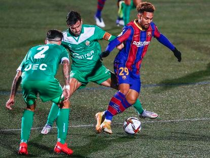 Konrad, del Barcelona, entre dos jugadores del Cornellà.
