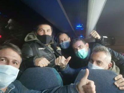 Los 21 españoles que estaban en el epicentro del coronavirus, entre ellos un reportero de EL PAÍS, han aterrizado en Madrid más de 16 horas después de salir de esta ciudad china