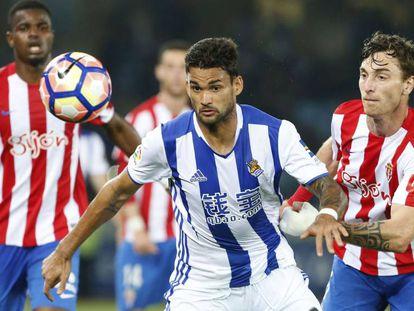 Willian José pugna por el balón con Amorebieta.