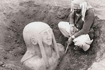 Una diosa es recuperada en las excavaciones de Tell Halaf (Siria), a principios del siglo XX.