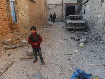 Un niño observa las ruinas de la casa en la que vivía en Douma, Damasco (Siria), tras ser impactada por una bomba que mató a su hermana.