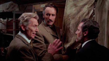 Peter Cushing y Christopher Lee, en 'Pánico en el transiberiano', de Eugenio Martín
