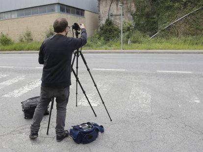 El fotógrafo Eduardo Nave, de espaldas, fotografía este jueves el lugar donde fue asesinado en 1968 José Antonio Pardines, la primera víctima de ETA.