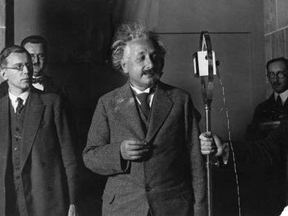 Albert Einstein da un discurso en el 50 aniversario de la invención de la bombilla eléctrica, en octubre de 1929, en Berlín.
