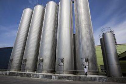 Silos de leche de la fábrica de Leche Río.