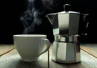 """Si le parecen todas las cafeteres iguales y tiene dudas sobre a qué nos referimos cuando hablamos de """"cafetera italiana"""", se lo aclaramos: es el artilugio que aparece a la derecha de la imagen."""