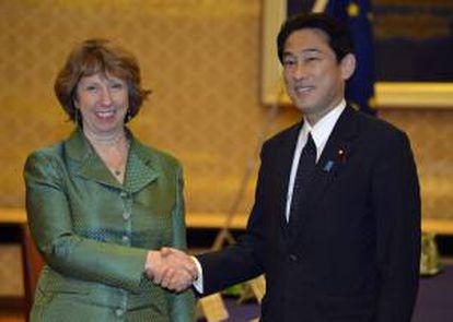 """La alta representante de Política Exterior y Seguridad de la UE, Catherine Ashton (i), estrecha la mano del ministro de Asuntos Exteriores japonés, Fumio Kishida, antes de una reunión en el ministerio japonés """"Iikura"""" de Tokio, el pasado 28 de octubre. EFE/Archivo"""