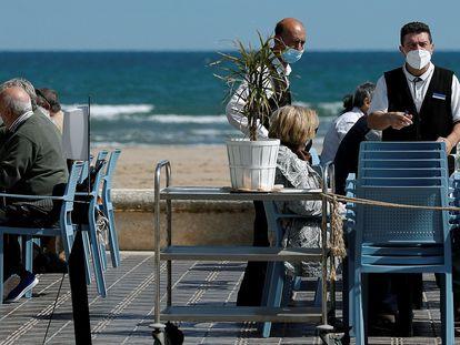 Una terraza de la playa de la Malvarrosa de Valencia en plena desescalada.