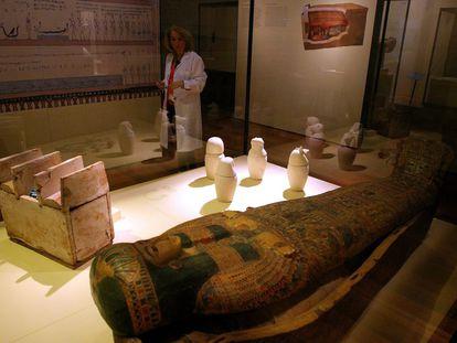 En las salas del museo se ha recreado una cámara funeraria con el sacófago y los elementos que le acompañan: los 'ushebtis', figuritas que llevaban el nombre del difunto y que le sustituían en el trabajo, respondían por él ante el dios, de ahí su nombre, que significa respondientes; y los vasos canopos, el único set de cuatro que se conserva en el MAN procede de Heracleópolis Magna -se encontraron en 1966, el primer año de excavación- y son los recipientes en los que se metían los órganos momificados del difunto. Cada uno de los vasos representa a un dios que es el que protege esa víscera.