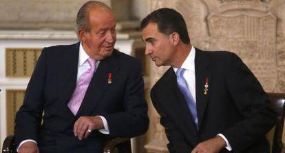 Don Juan Carlos y don Felipe al inicio del acto de sanción de la abdicación.