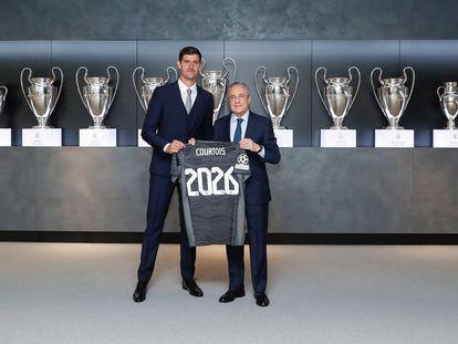 El presidente del Real Madrid, Florentino Pérez, posa junto al portero belga Thibaut Courtois tras anunciarse la renovación del contrato del guardameta