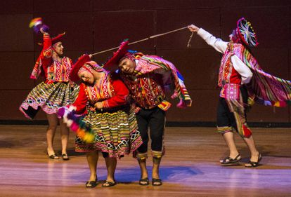 La asociación Arte y Tradición baila una danza tradicional peruana.