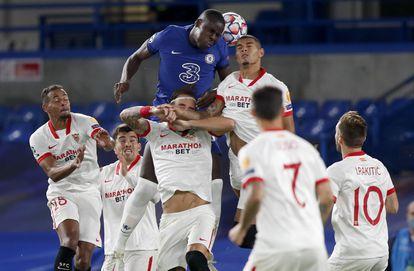 Zouma intenta el remate ante Diego Carlos y Gudelj.