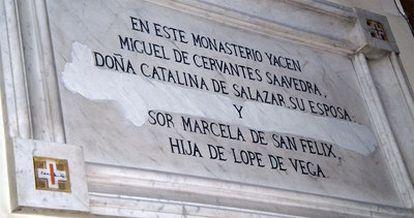 Lápida que informa de la presencia de los restos de Cervantes y de su mujer, Catalina de Salazar, en la iglesia conventual.