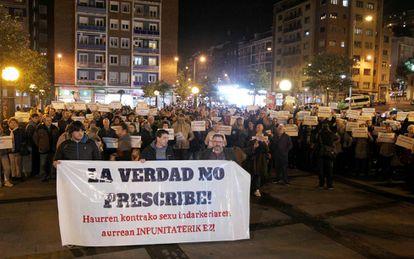 Medio millar de personas se concentraron ayer en Bilbao en solidaridad con las víctimas de abusos de los salesianos de Deusto.