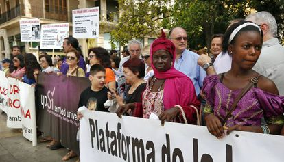 Concentración en favor del derecho universal de acceso a la salud en la plaza de la Virgen de Valencia.