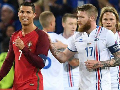 Gunnarsson (d) habla con Cristiano Ronaldo al final del partido.