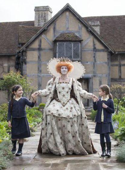 Dos niñas participan en una de las actividades en Stratford-upon-Avon por los 450 del nacimiento de Shakespeare.