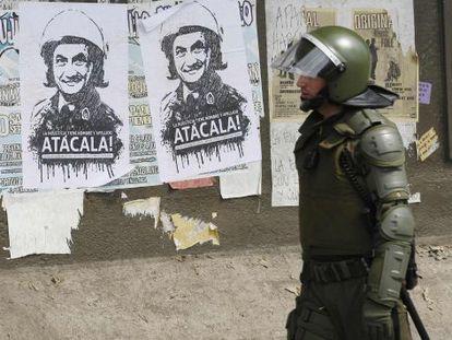 Carteles con la imagen del presidente Piñera con casco de antidisturbios, en Valparaíso.
